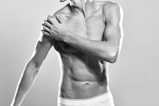 Sportowy mężczyzna w białych majtkach napompowany ręcznik do ćwiczeń fitness
