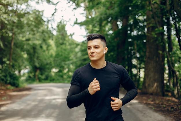 Sportowy mężczyzna w parku lato rano