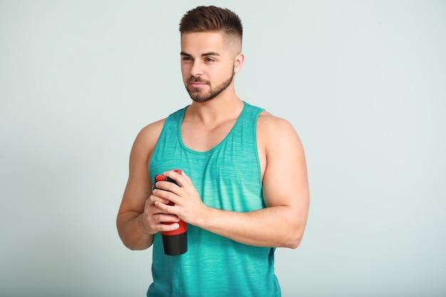 Sportowy mężczyzna z koktajlem proteinowym