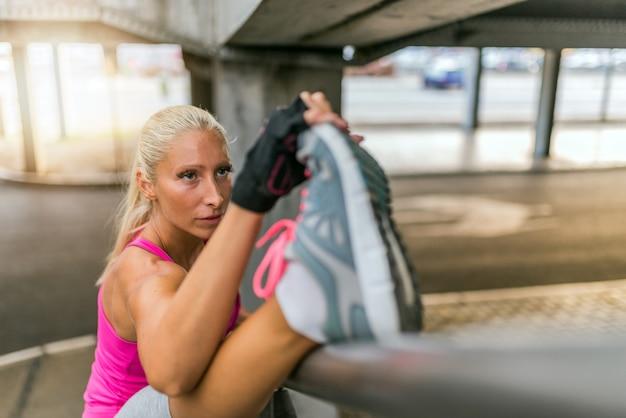 Sportowy młoda kobieta.