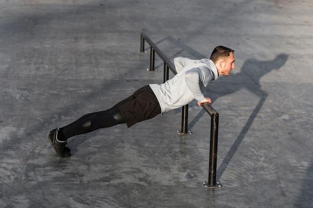Sportowy młody człowiek robi push up