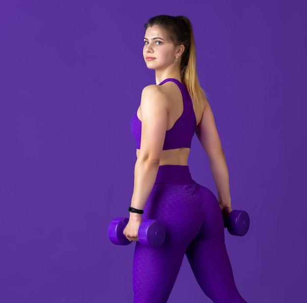 Sportowy model z obciążnikami