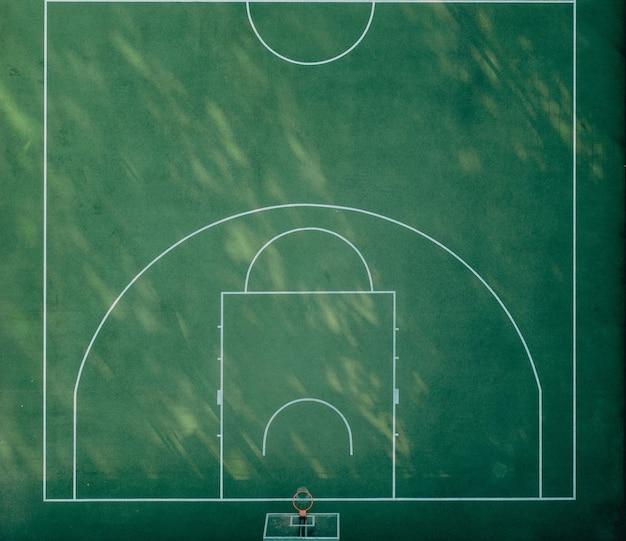 Sportowy plac zabaw do koszykówki z zieloną trawą