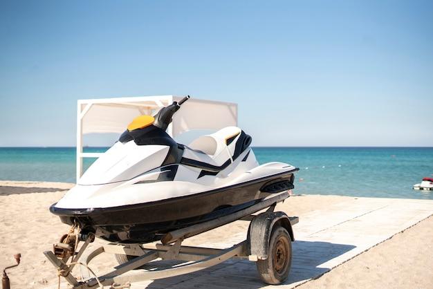 Sportowy rower wodny jetski na przyczepie na piaszczystej plaży latem na wakacjach
