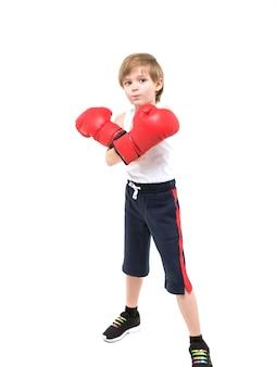 Sportowy silny boks dziecięcy w czerwonych rękawiczkach