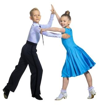 Sportowy taniec towarzyski para tancerzy chłopiec i dziewczynka w strojach do tańca towarzyskiego izoluj