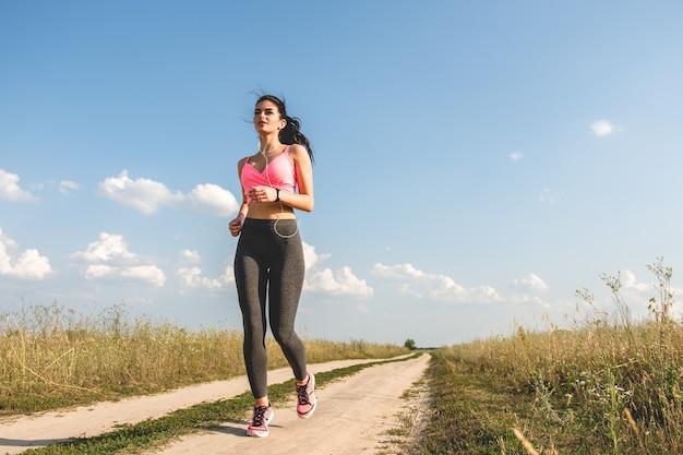 Sportsmenka biegająca po ścieżce w terenie