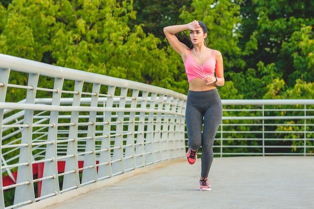 Sportsmenka biegnąca po moście