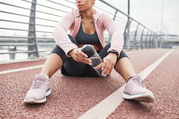 Sportsmenka odpoczywa po treningu sportowym