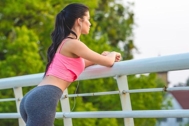 Sportsmenka stoi na moście