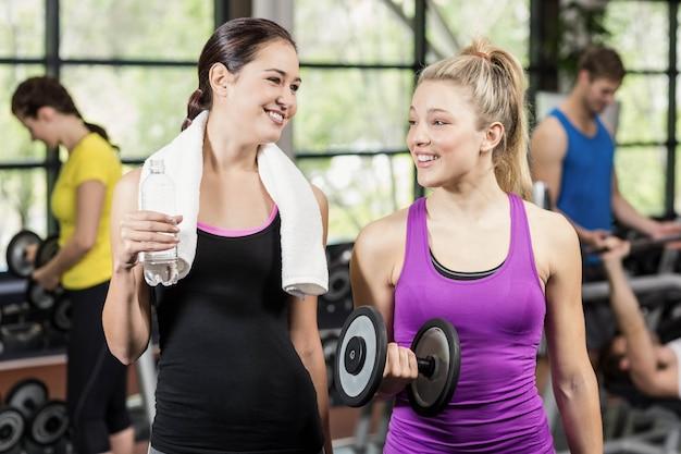 Sportsmenki rozmawiają razem na siłowni