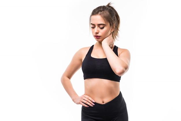 Sportwoman w czarnej odzieży sportowej jest zmęczona po ciężkim treningu na białym tle
