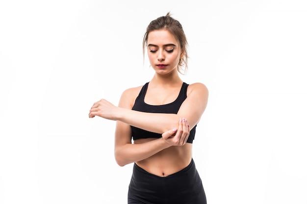 Sportwoman w czarnej odzieży sportowej jest zmęczony po treningu cardio na białym tle