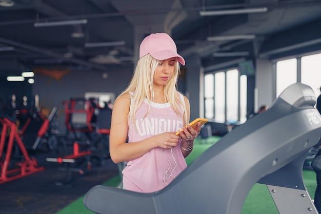 Sporty blondynki kobieta ćwiczy na karuzeli w gym