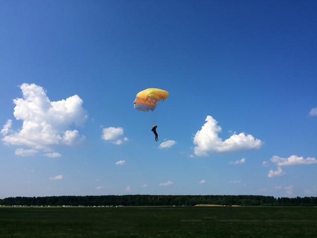 Sporty ekstremalne, spadochroniarz ląduje na ziemi