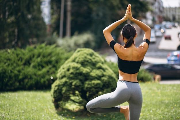 Sporty kobieta ćwiczy w parku