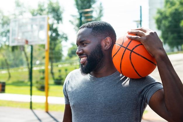 Sporty mężczyzna uśmiechnięty środka strzał