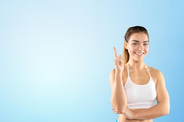Sporty piękna kobieta na błękicie