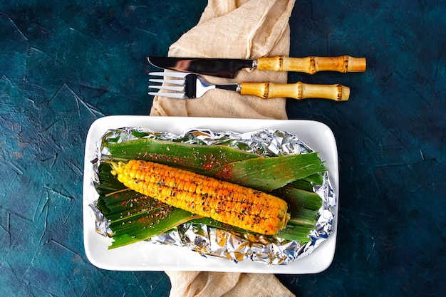 Sposób gotowania kolb kukurydzy na otwartym ogniu pieczonej kukurydzy z przyprawami grillowanymi warzywami