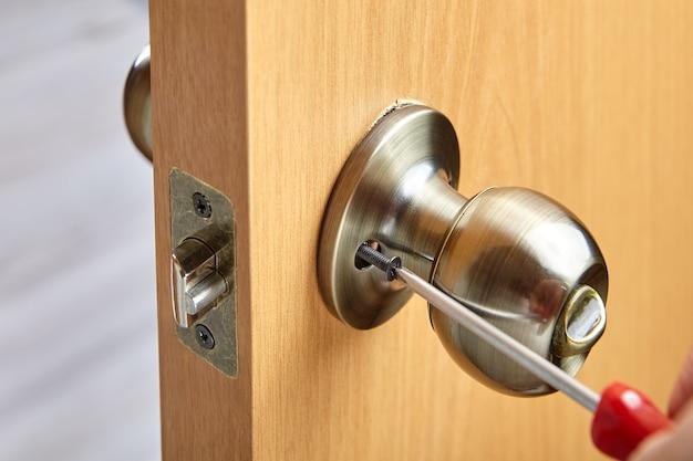 Sposób mocowania klamki za pomocą odsłoniętych wkrętów dociskowych do mocowania klamki do trzpienia gwintowanego.