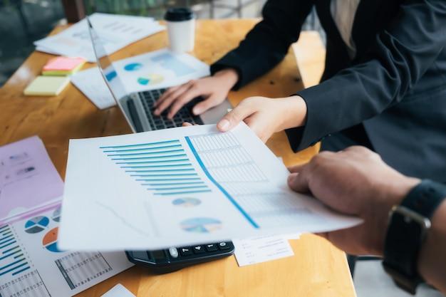 Spotkania biznesowe w celu omówienia sytuacji na rynku.