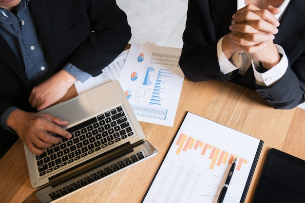 Spotkania menedżerów business ceo z nowymi danymi projektowymi i danymi analitycznymi