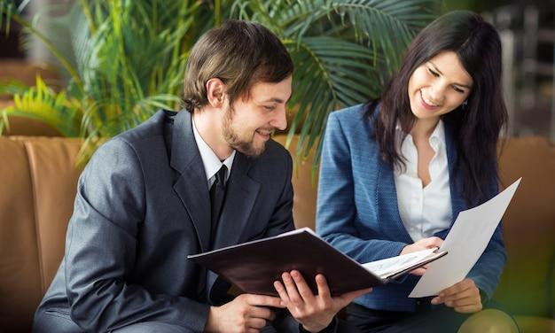 Spotkanie biznesmena i bizneswoman w nowoczesnym biurze