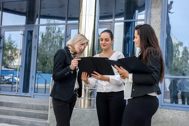 Spotkanie biznesowe na zewnątrz budynku