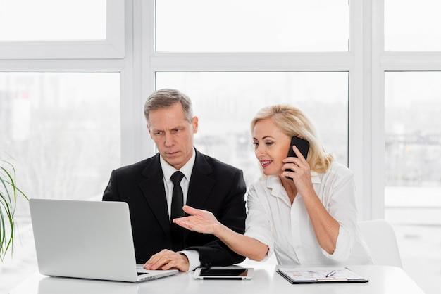 Spotkanie biznesowe pod dużym kątem