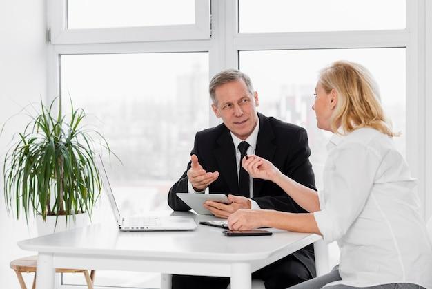 Spotkanie biznesowe pod wysokim kątem w biurze