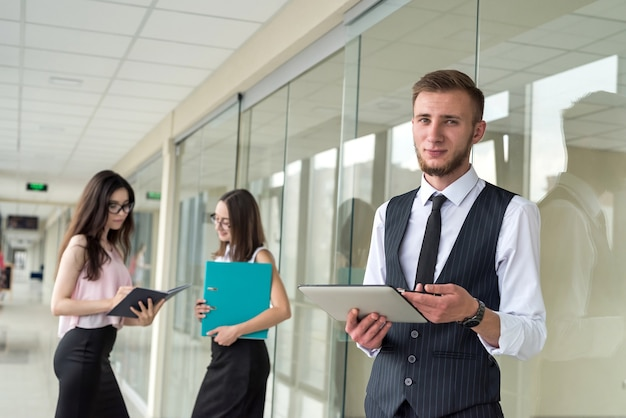 Spotkanie biznesowe trzech młodych ludzi w celu omówienia współpracy. praca zespołowa