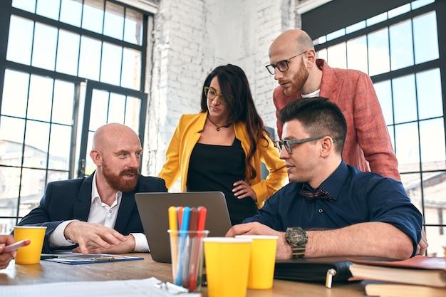 Spotkanie biznesowe w biurze, biznesmeni omawiają dokument lub projekt. selektywna ostrość