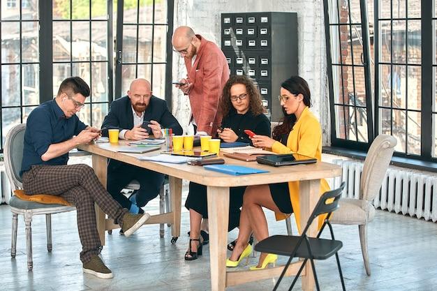 Spotkanie biznesowe w biurze, biznesmeni omawiają dokument lub projekt. selektywne skupienie