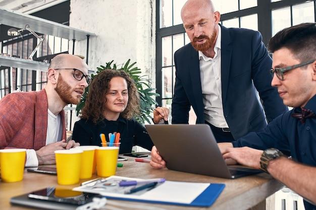 Spotkanie biznesowe w biurze, biznesmeni omawiają dokument lub projekt