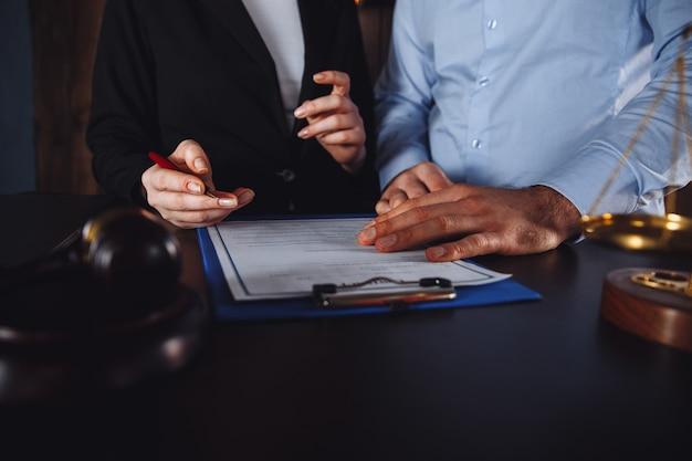 Spotkanie biznesowe w kancelarii adwokackiej. konsultacje koncepcji osób.