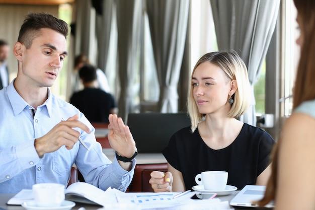 Spotkanie biznesowe w kawiarni młodych pięknych mężczyzn