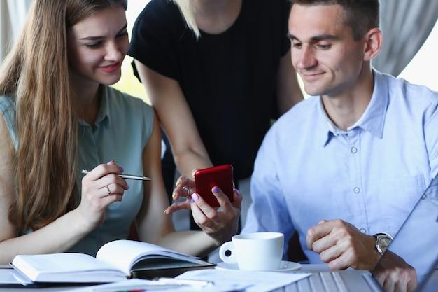 Spotkanie biznesowe w kawiarni, młodzi biznesmeni omawiają problemy