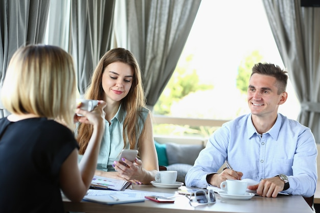 Spotkanie biznesowe w kawiarni z młodym mężczyzną