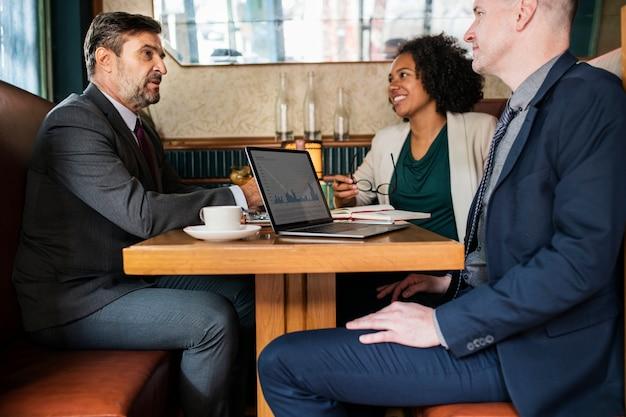 Spotkanie biznesowe w kawiarni