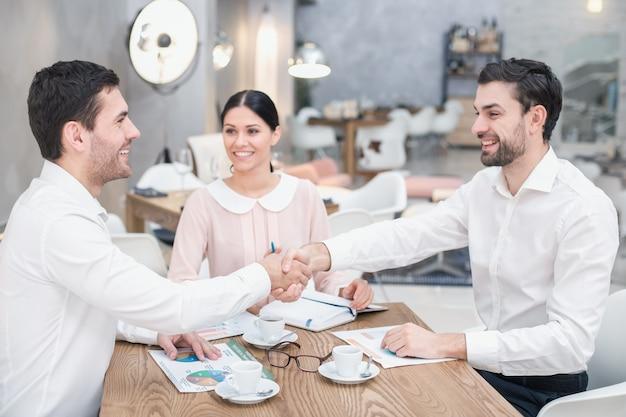 Spotkanie biznesowe w luksusowej restauracji