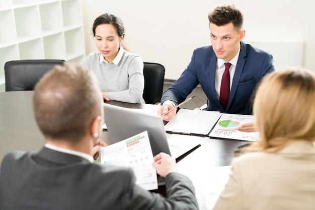 Spotkanie biznesowe w sali konferencyjnej