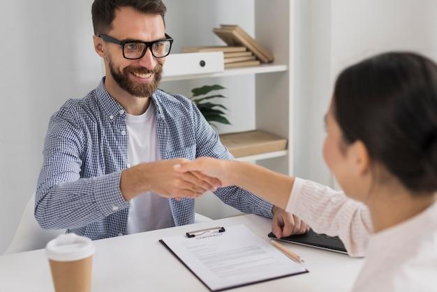 Spotkanie biznesowe z młodym mężczyzną i kobietą
