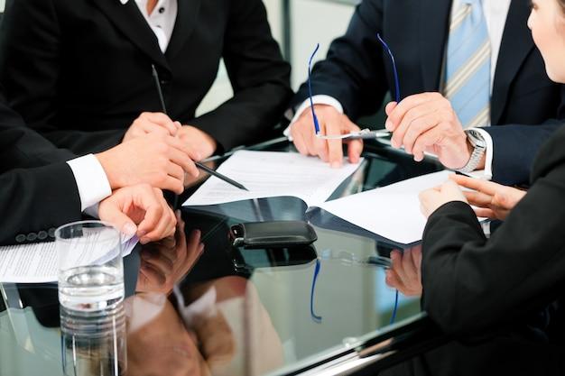 Spotkanie biznesowe z pracą na umowie