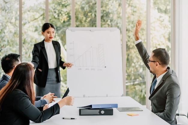 Spotkanie biznesowe zespołu w sali konferencyjnej w nowoczesnym biurze