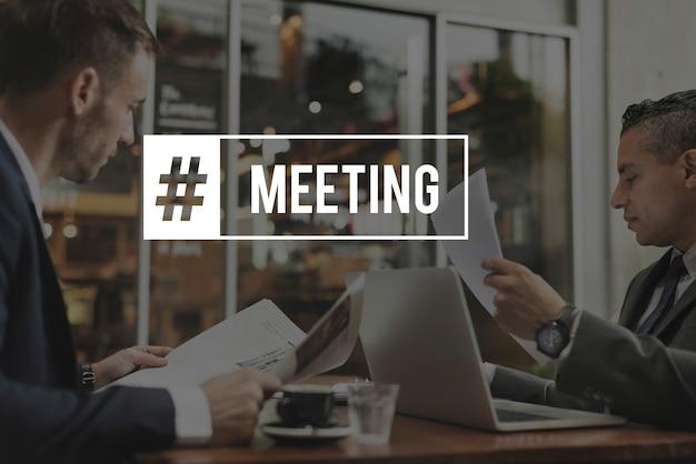 Spotkanie biznesowi koledzy brainstorm słowo