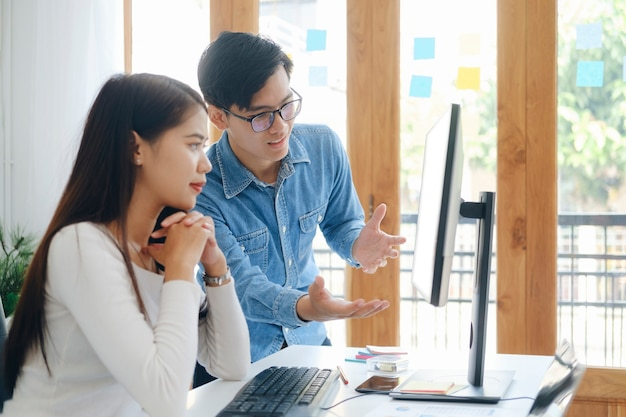 """Spotkanie """"burzy mózgów"""" dla młodych przedsiębiorców rozpoczynających pracę zespołową w celu omówienia nowej inwestycji w projekt."""