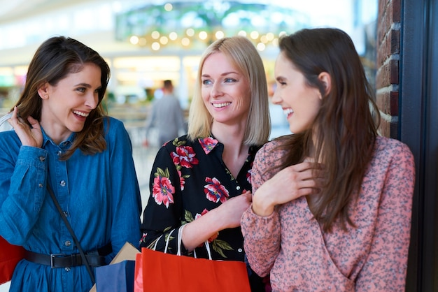 Spotkanie dziewczyn w centrum handlowym