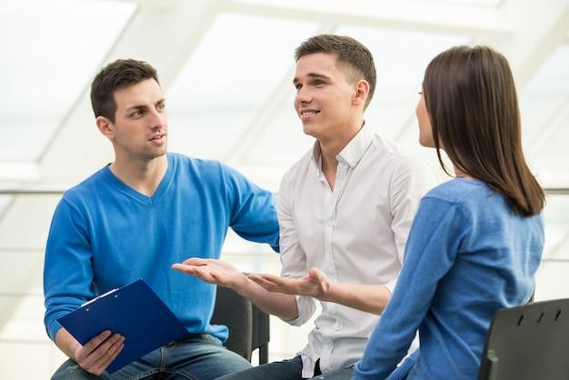 Spotkanie grupy wsparcia, dyskusja grupowa lub terapia.
