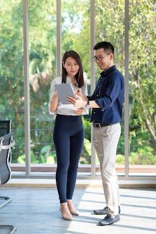 Spotkanie i dyskusja z pracownikami biznesowymi podczas intensywnej pracy zespołowej w biurze firmy z pozytywnym nastawieniem.