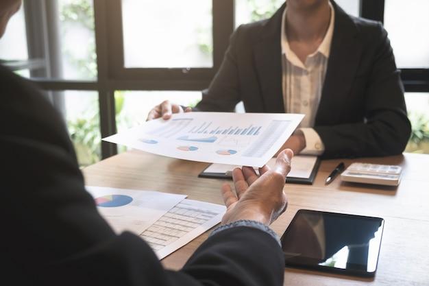 Spotkanie kadry kierowniczej działu biznesowego z nowym projektem. dyskusja i analizy, wykresy i wykres wyceny.